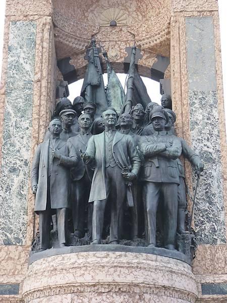 Справа от генерала Ататюрка видна знакомая нам фигура маршала Ворошилова, а за ним – разведчика Семена Авралова. Фото Дерзи Элекс Андора.